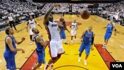 LeBron James melakukan slam dunk dalam game 1 Final NBA melawan Dallas Mavericks di Miami hari Selasa (31/5).