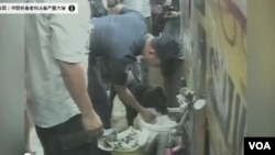 """中國人工合成毒品甲基苯丙胺、俗稱""""冰毒""""的市場不斷擴大。圖為警方與警犬正在搜查毒品。"""