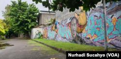 Mural di dinding salah satu kampus di Yogyakarta. (Foto: VOA/Nurhadi)