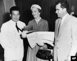 រូបឯកសារ៖ សម្តេចព្រះបាទនរោត្តម សីហនុ និងលោក Richard Nixon អនុប្រធានាធិបតីសហរដ្ឋអាមេរិកនិងភរិយារបស់លោកគឺអ្នកស្រី Pat Nixon ក្នុងអំឡុងពេលទស្សនកិច្ចនៅប្រទេសកម្ពុជា កាលពីថ្ងៃទី ១១ ខែវិច្ឆិកា ឆ្នាំ ១៩៥៣ នៅខេត្តសៀមរាប ដែលត្រូវនឹងថ្ងៃបុណ្យឯករាជ្យជាតិរបស់កម្ពុជា។