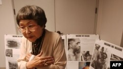 Bà Kaz Suyeishi, một người sống sót, mô tả cảnh tượng sau vụ nổ bom nguyên tử ở Nhật Bản trong Thế chiến thứ Hai trong một cuộc họp báo ở Los Angeles, California, ngày 19/6/2003.