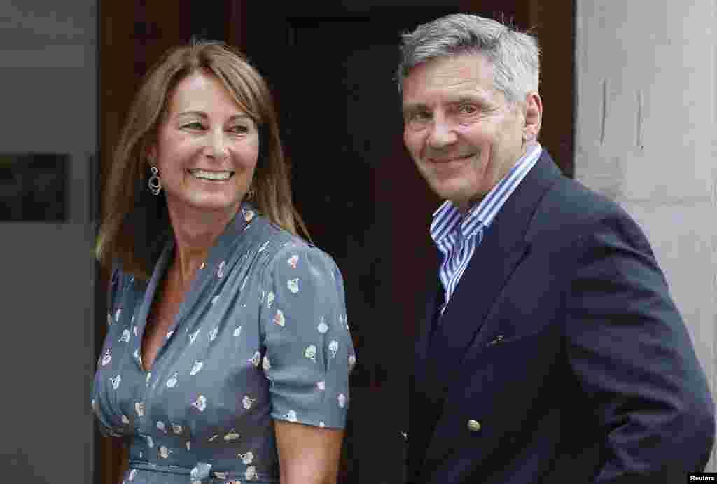 Майкл та Керол Міддлтон відвідують доньку Кейт та її дитину у пологовому будинку.