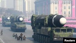 Tên lửa liên lục địa tại cuộc tuần hành mừng Kỷ niệm 70 năm Ngày thành lập Quân đội Nhân dân Triều Tiên tại quảng trưởng Kim Il Sung ở Bình Nhưỡng