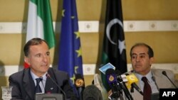 Italijanski šef diplomatije, Franko Fratini (levo) sa libijskim v.d. premijera, Mahmudom Džibrilom na konferenciji za medije u Tripoliju, 30. septembar 2011.