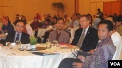 Direktur USAID Glenn Anders (kedua dari kanan) dan Prof. Supriadi Rustad (kanan) dalam acara diskusi di Jakarta (8/12).