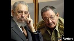 古巴前任最高领导人菲德尔·卡斯特罗(左)和劳尔·卡斯特罗(右)