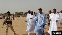 Le ministre de l'intérieur nigérien Mohamed Bazoum dans un camp de déplacés à l'extérieur de Diffa, au sud du Niger, le 18 juin 2016.