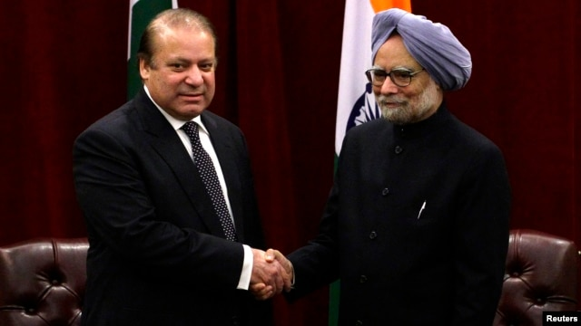 Pakistan's Prime Minister Nawaz Sharif (L) shakes hands with India's Prime Minister Manmohan Singh during the United Nations General Assembly in New York, Sept. 29, 2013.