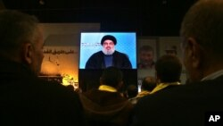 عکس آرشیوی از سخنرانی ویدئویی شیخ حسن نصرالله رهبر حزب الله لبنان - دی ماه ۱۳۹۳