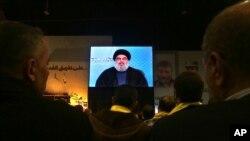 Pimpinan Hizbullah Hassan Nasrallah berbicara melalui video kepada para pendukungnya dalam upacara menandai tewasnya enam pejuang Hisbullah dalam serangan Israel (30/1).