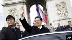 Chinese President Hu Jintao waves after laying a wreath at the unknown soldier's tomb, at the Arc of Triomphe, in Paris, 5 November 2010.