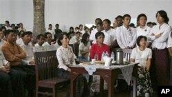 缅甸反对派领袖昂山素季参加仰光大学学运24周年仪式(3月16日)