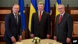 Ukrainian President Petro Poroshenko (C), European Council President Donald Tusk (L), and European Commission President Jean-Claude Juncker pose for a photo during the EU-Ukraine summit in Kyiv, Ukraine, April 27, 2015.