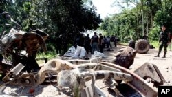 Hiện trường sau vụ nổ mìn giết chết 8 binh sĩ Thái ở tỉnh Yala, miền nam Thái Lan, ngày 29/6/2013.