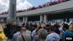 """与会团体在""""民主烈士永垂不朽""""纪念碑前默哀致敬(美国之音记者申华拍摄)"""