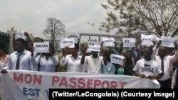 Quelques personnes manifestent contre le retrait du passeport semi-biométrique à Kinshasa, RDC, 20 septembre 2017. (Twitter/LeCongolais)