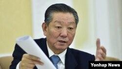 북한의 송일호 북일 국교정상화교섭 담당 대사가 9일 평양에서 교도통신과 인터뷰하고 있다. 그는 북한이 일본인 납치문제에 관한 조사 결과를 일본에 보고할 준비가 거의 다 돼 있다고 주장했다.