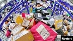 中国河北省秦皇岛市一名戴着口罩的工人在中国邮政的一个物流中心处理包裹。(2020年2月24日)