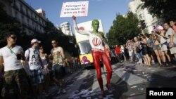 Jóven homosexual protesta por abusos en Irán.