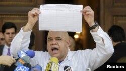 Jesus Torrealba, le secrétaire de la coalition des partis de l'opposition du Venezuela (MUD), montre une copie du formulaire pour recueillir les signatures du lancement d'un référendum censé éliminer le président Nicolas Maduro. C'est à l'occasion d'une conférence de nouvelles à Caracas, au Venezuela, le 26 Avril 2016. (REUTERS/Marco Bello - RTX2BSRM)