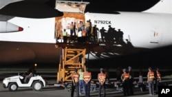 지난 2011년 9월 북한 평양 공항에서 미국이 보낸 수해 지원 물자를 하역하고 있다. (자료사진)