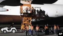 지난 2011 9월 분한 평양 공항에서 미국이 보낸 수해지원 물자를 하역하고 있다. (자료 사진)
