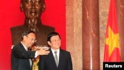 中国国务委员杨洁篪与越南国家主席张晋创合影(资料照片)