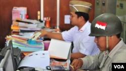 Pegawai Badan Kepegawaian Daerah Pemkot Surabaya mengenakan pakaian pejuang saat masuk kerja (VOA/Petrus Riski).