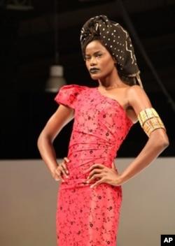Modelo envergando uma criação de Nadir Tati, num fashion show em Nova Iorque