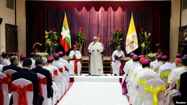 Pope Francis ရန္ကုန္ၿမိဳ႕ St. Mary's Cathedral မွာ ကက္သလစ္ဘာသာဝင္ဘုန္းေတာ္ႀကီးမ်ားႏွင့္ ေတြ႔ဆံုစဥ္။