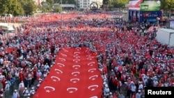 បាតុកររាប់ពាន់នាក់កាន់ទង់ជាតិរបស់តួកគីក្នុងពេលដើរក្បួនប្រឆាំងនឹងការវាយប្រហារយោធារបស់ក្រុម Kurd ទៅលើកងកម្លាំងសន្តិសុខតួកគី នៅក្នុងក្រុងអង់ការ៉ា (Ankara) ប្រទេសតួកគី កាលពីថ្ងៃទី១៧ ខែកញ្ញា ឆ្នាំ២០១៥។
