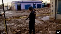 Jalanan penuh dengan sampah setelah banjir melanda sebuah kota di Chile utara, akibat hujan lebat sejak Kamis 26/3 (foto: dok).