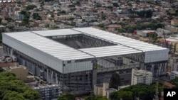 Stadion baru Arena da Baixada di kota Curitiba, Brazil yang dibangun untuk turnamen Piala Dunia (foto: dok). Brazil mengeluarkan biaya hampir $4 milyar untuk pembangunan dan renovasi 12 stadion Piala Dunia.