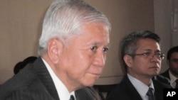 Ngoại trưởng Philippines Albert del Rosario (trái) và phát ngôn viên Bộ Ngoại giao Philippines