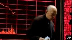 Thông tín chứng khoán tại một trung tâm môi giới tại Bắc Kinh, ngày 11/1/2016.