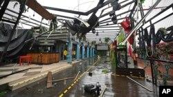 Yon zon komesyal ki sibi dega apre pasaj ouragan Pamela nan Mazatlan, Meksik, 13 Oct. 2021.