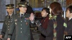 Ðại tá Moon Sang-gyun dẫn đầu phái đoàn Nam Triều Tiên trả lời các phóng viên sau khi rời khỏi các cuộc họp quân sự với miền Bắc, ngày 8/2/2011