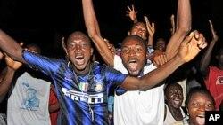 Raia wa Guinea wakifurahia baada ya mahakama kuu nchini humo kumtangaza Alpha Conde mshindi