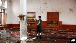 مسجد شیعیان صنعا که هدف دو بمب گذاری در روز چهارشنبه قرار گرفت - ۱۲ شهریور ۱۳۹۴