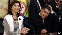 Los cancilleres de Colombia, María Angela Holguín, y de Venezuela, Elías Jaua, tendrán que resolver las tensiones por el encuentro del presidente Juan Manuel Santos y el líder opositor Henrique Capriles.