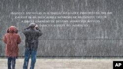 1月16日遊客在馬丁路德金紀念碑前。