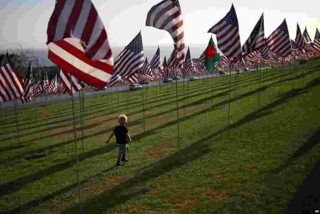 Un garçon courant parmi les drapeaux plantés sur le campus de l'université Peperdine à Malibu, en Californie, en mémoire des victimes du 11 septembre 2001