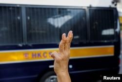"""支持民主派的示威者,被称为""""王婆婆""""的王凤瑶女士(Alexandra Wong)在2021年9月10日在一辆囚车抵达西九龙裁判法院大楼时向车内的支联会被告挥手致意"""