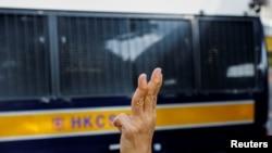 """支持民主派的示威者,被稱為""""王婆婆""""的王鳳瑤女士(Alexandra Wong)在2021年9月10日在一輛囚車抵達西九龍裁判法院大樓時向車內的支聯會被告揮手致意 (路透社照片)"""