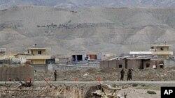 Pangkalan NATO di Afghanistan (foto: dok). Dua serangan bunuh diri dekat pangkalan NATO di provinsi Wardak menewaskan 12 orang, Sabtu (1/9).