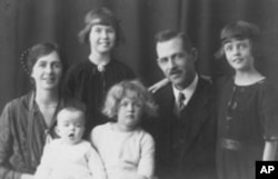 Margaret Hollister (top left) with family in 1926
