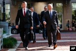 El equipo de defensa de Paul Manafort, incluyendo a Kevin Downing (izq.) y Thomas Zehnle (der.) llegan al juzgado Albert V. Bryan para el juicio del ex presidente de la campaña Trump, el 10 de agosto de 2018, en Alexandria, Virginia .