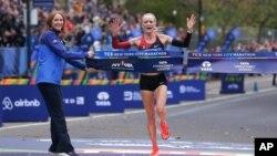 Vận động viên Shalane Flanagan vượt mức đến trong cuộc đua Marathon Thành phố New York dành cho phụ nữ, ngày 5/11/2017.