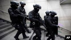 미-한 연합 군사훈련인 을지프리덤가디언 연습에 참가한 한국 특수부대원들이 19일 서울에서 대테러 작전 훈련을 벌이고 있다.