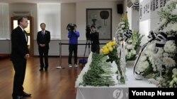 북핵 6자회담 미국 수석대표인 글린 데이비스 국무부 대북정책 특별대표가 1일(현지시간) 주미 한국대사관에 설치된 세월호 침몰사고 희생자 분향소를 찾아 조문했다.
